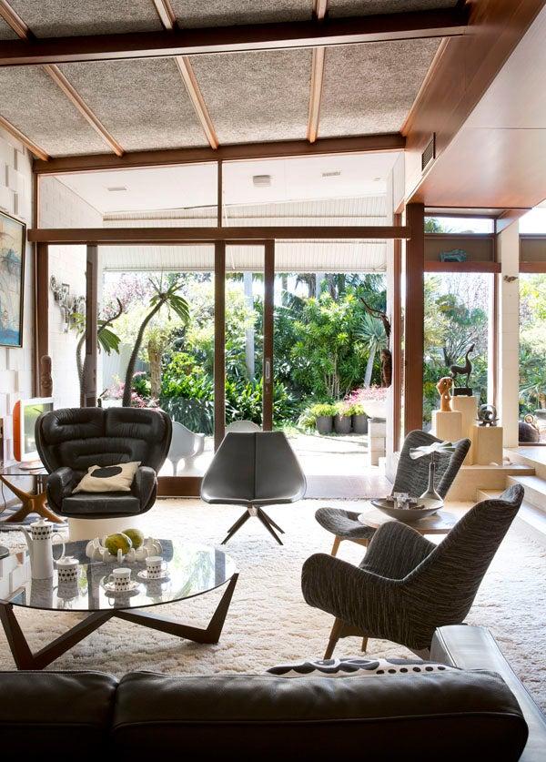 Joe Colombo's 1963 black leather and fiberglass Elda chair makes a statement in the Iwan Iwanoff–designed Burszyten House in Perth.Photo by Angelita Bonetti