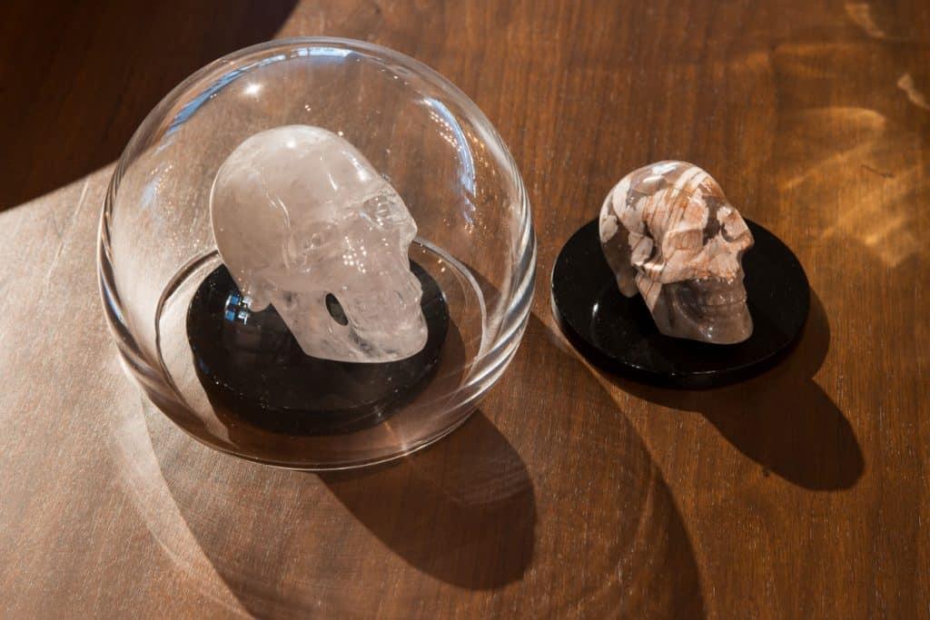 Marble skulls by Taller de Obsidiana.